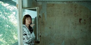 Στὴν ἄκρη τοῦ δάσους: ἡ Sarah Kirsch τὸ Καλοκαίρι τοῦ 1999 στὴ γενέτειρά της στὸ Limlingerode. Φωτογραφία: Federico Gambarini.