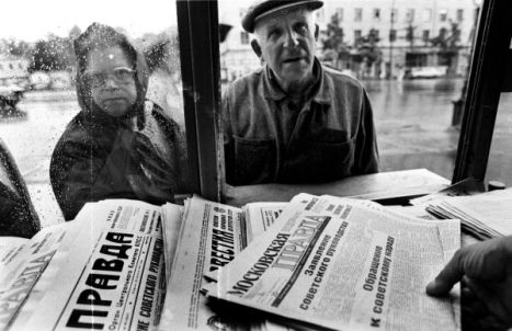 "- TO GO WITH AFP STORIES : RUSSIA-POLITICS-HISTORY - People buy newspapers on which is written a ""Statement to the Soviet People"" by leaders of the coup in Moscow on August 20, 1991. Russia marks on August 19-22, 2011, the 20th anniversary of the abortive 1991 coup against then Soviet president Mikhail Gorbachev. Tanks rolled through Moscow towards the Russian White House, where Boris Yeltsin, leader of the Soviet-era Russian republic at the time, gathered his supporters after denouncing the coup from the roof of a tank, which resulted later in the collapse of the Soviet empire. AFP PHOTO/ ALEXANDER NEMENOV"